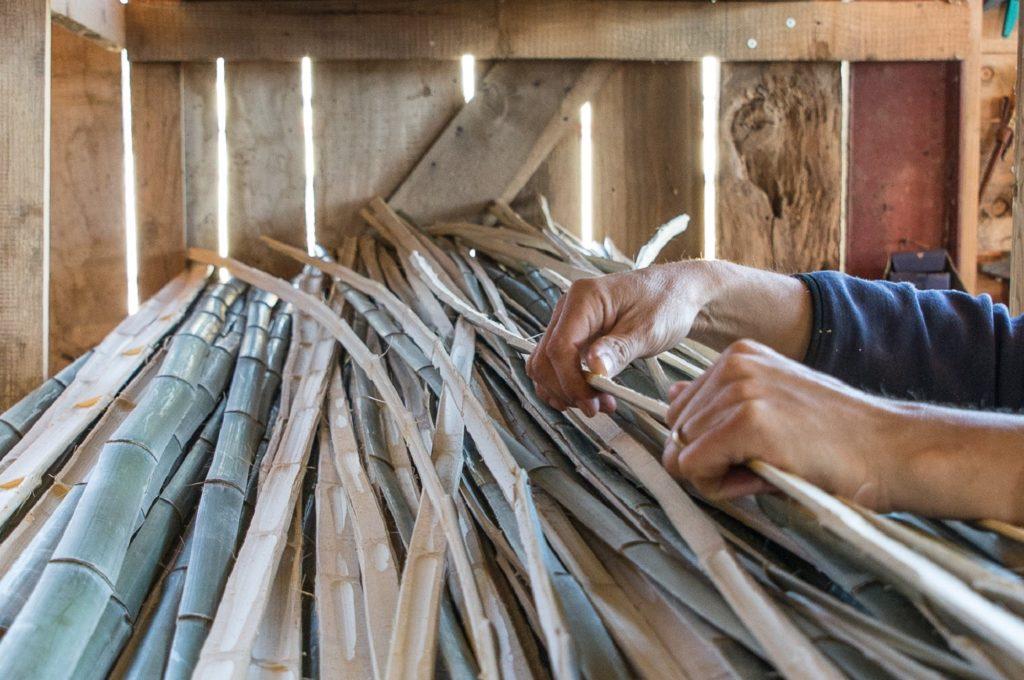 Sélection des lamelles de bambou - Artisan d'Art Bambou Créations
