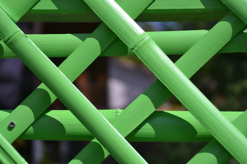 Détail maillage d'un paravent en bambou design peint sur une terrasse - bambou créations