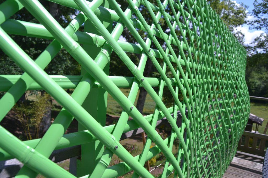 Courbes et finesse d'un paravent en bambou peint sur une terrasse - bambou créations