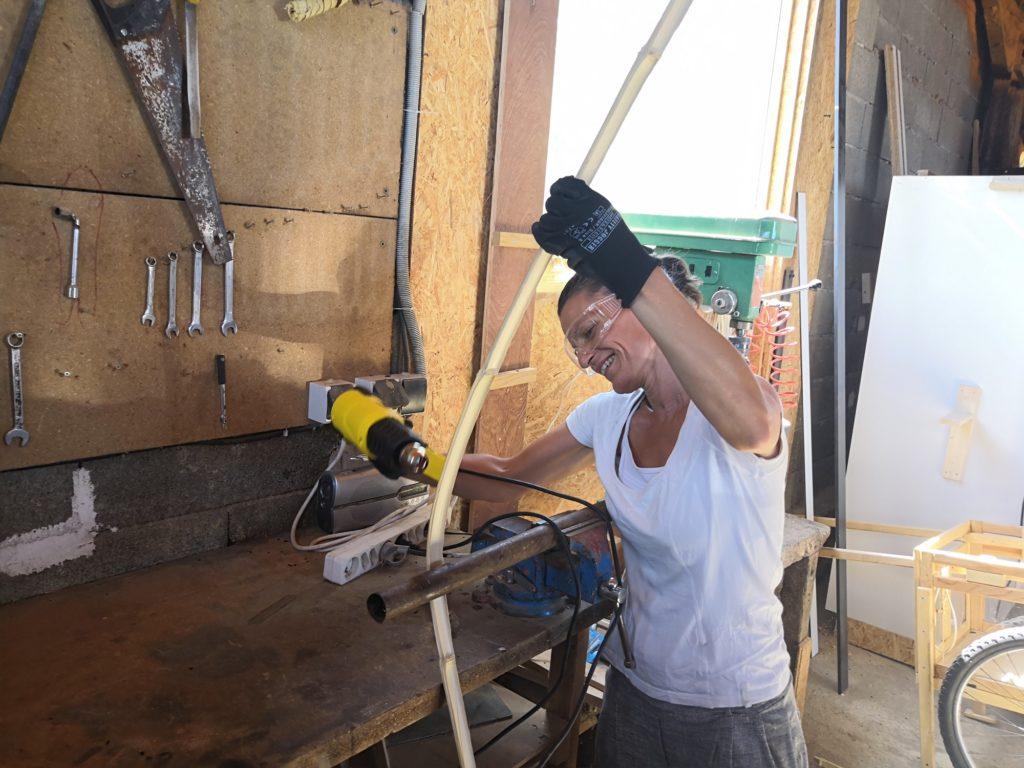 Maguelone chauffe une lamelle de bambou pour la cintrer