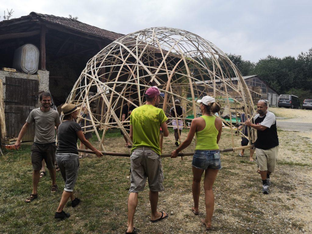 Construction d'un dôme en lamelles de bambou de 20m², en maillage aléatoire