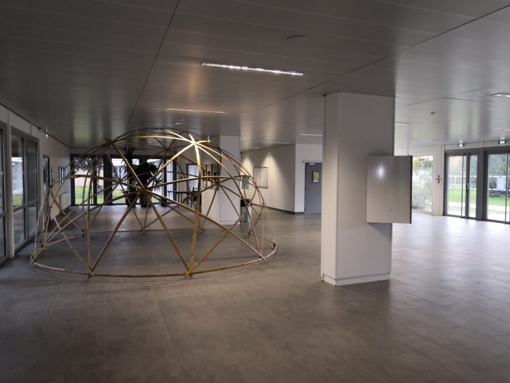 Espace d'exposition en lamelles de Bambou - Hall d'accueil Lycée Rive Gauche à Toulouse - Bambou Créations