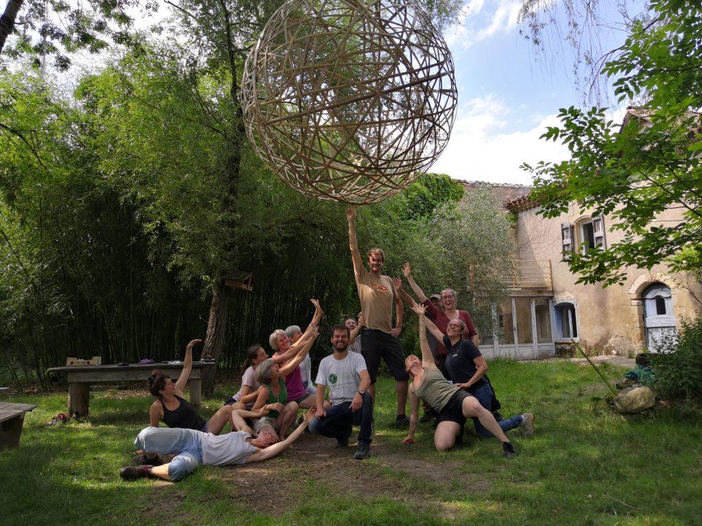 Sphère suspendue en lamelles de bambou - Bambou Créations