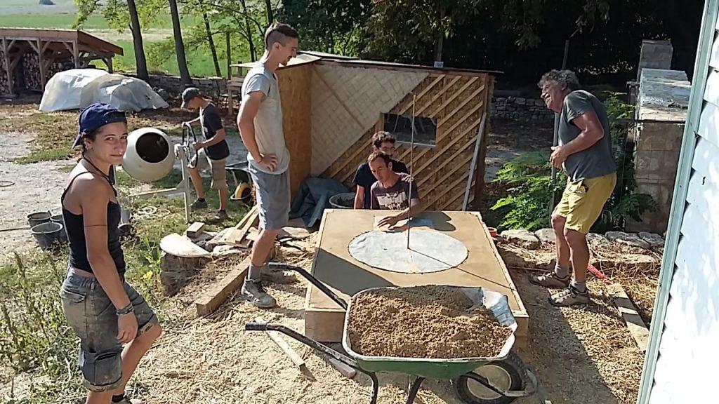 Formation construction four à pizza : lissage sole du four Terre/Paille