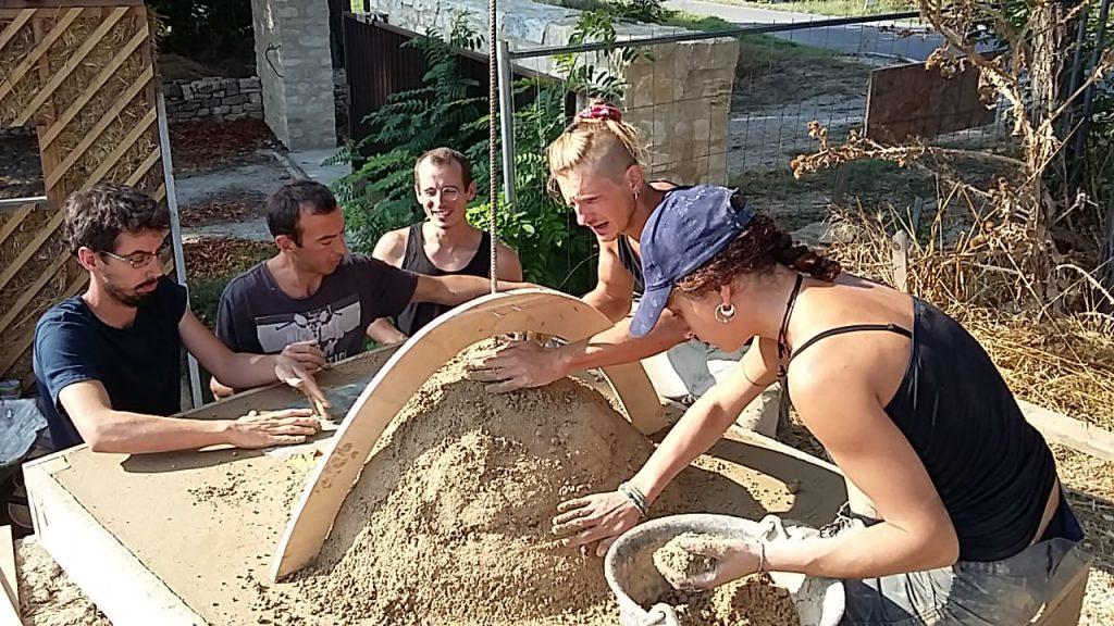 Formation construction four à pizza : construction chambre du four Terre/Paille